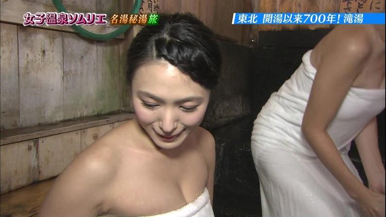 【温泉キャプ画像】バスタオルからハミ乳させて温泉レポする巨乳タレントがエロすぎるww 19