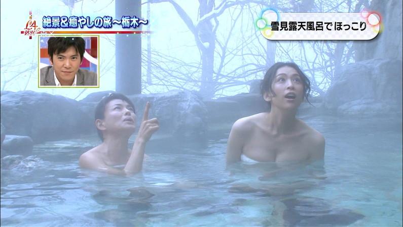 【温泉キャプ画像】バスタオルからハミ乳させて温泉レポする巨乳タレントがエロすぎるww 20