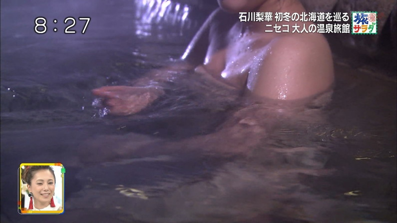 【温泉キャプ画像】バスタオルからハミ乳させて温泉レポする巨乳タレントがエロすぎるww 22