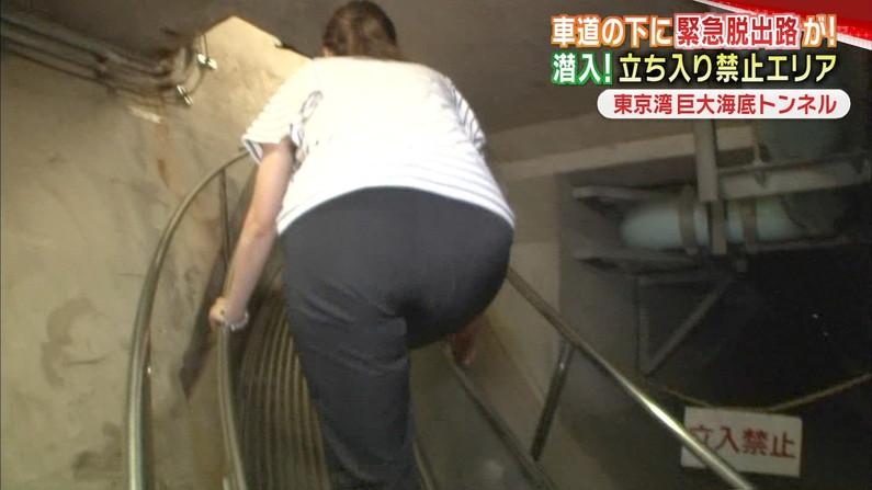 【お尻キャプ画像】パンツラインまで見えちゃってるタレントさんのムッチリお尻がエロいw 13