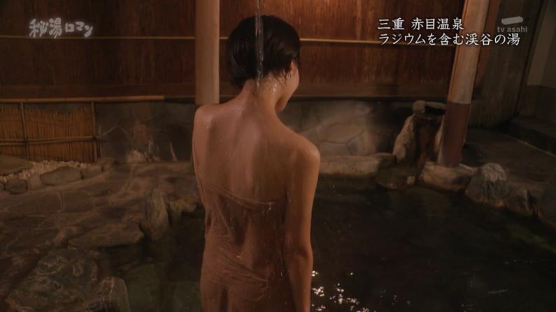 【温泉キャプ画像】温泉レポしてるタレント達のバスタオルがはだけて来て下半身が・・・w 03