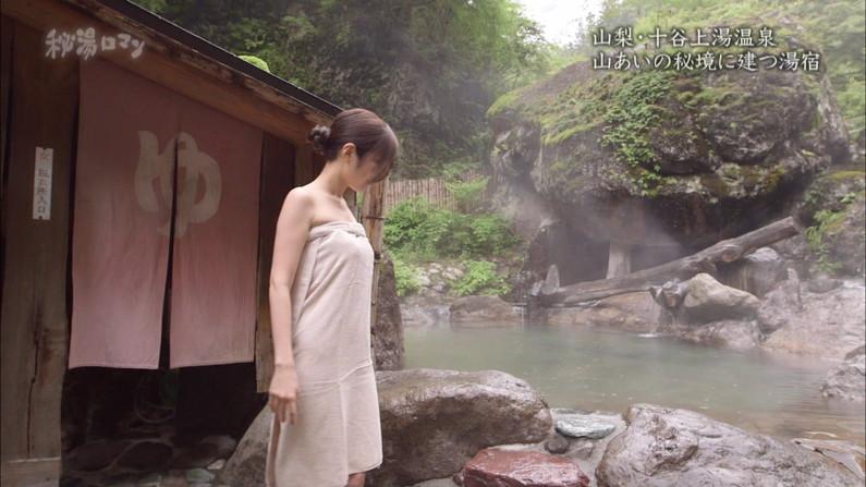 【温泉キャプ画像】温泉レポしてるタレント達のバスタオルがはだけて来て下半身が・・・w 04