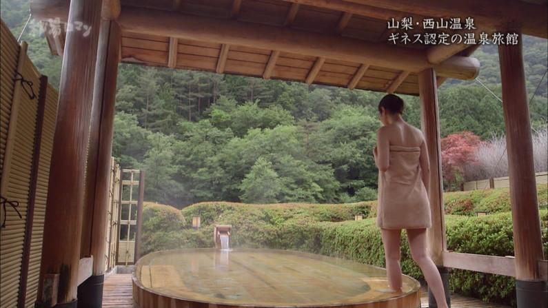 【温泉キャプ画像】温泉レポしてるタレント達のバスタオルがはだけて来て下半身が・・・w 05