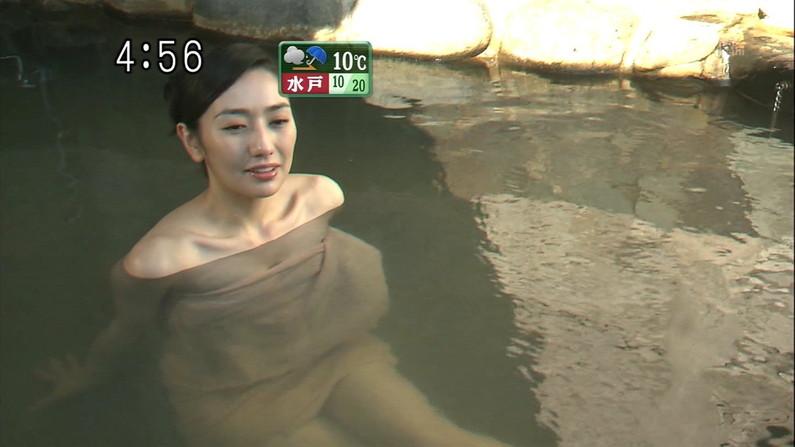 【温泉キャプ画像】温泉レポしてるタレント達のバスタオルがはだけて来て下半身が・・・w 08