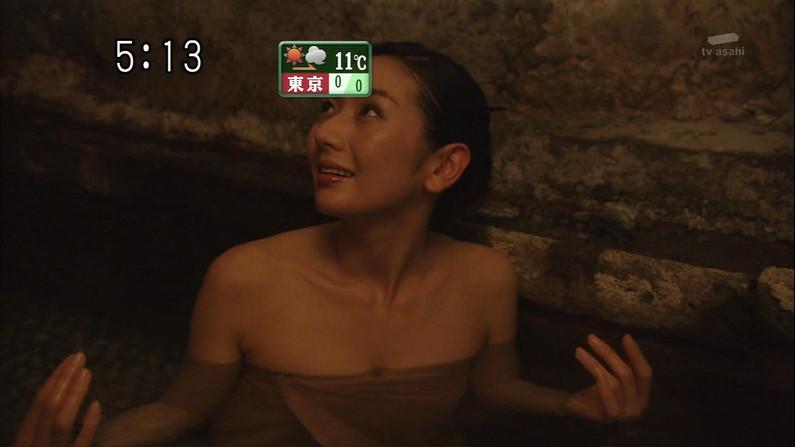 【温泉キャプ画像】温泉レポしてるタレント達のバスタオルがはだけて来て下半身が・・・w 10