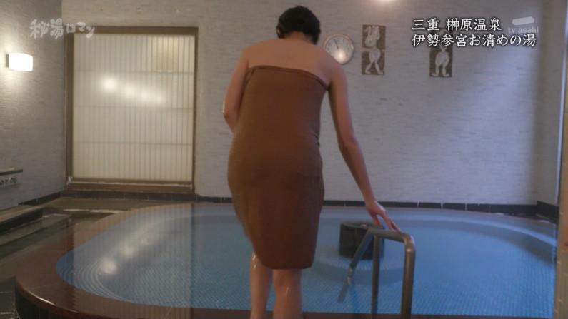 【温泉キャプ画像】温泉レポしてるタレント達のバスタオルがはだけて来て下半身が・・・w 14