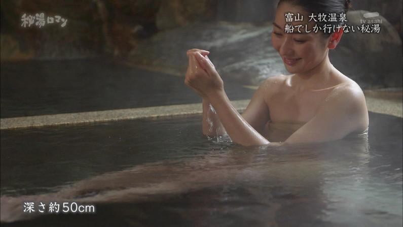【温泉キャプ画像】温泉レポしてるタレント達のバスタオルがはだけて来て下半身が・・・w 15