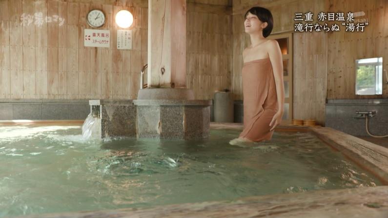 【温泉キャプ画像】温泉レポしてるタレント達のバスタオルがはだけて来て下半身が・・・w 16