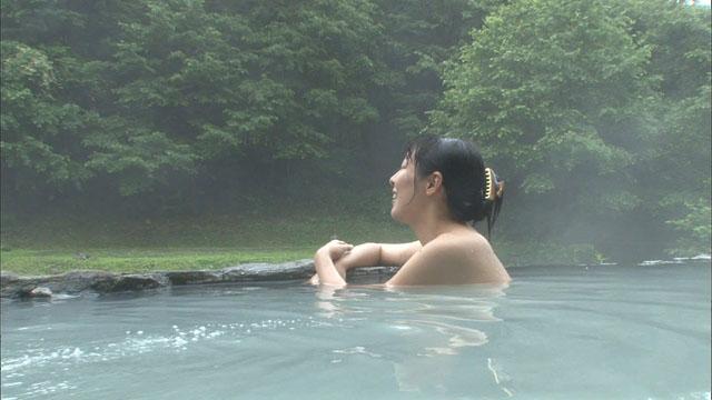 【温泉キャプ画像】温泉レポしてるタレント達のバスタオルがはだけて来て下半身が・・・w 17