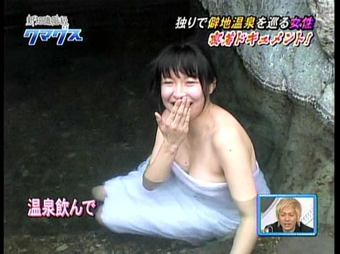 【温泉キャプ画像】温泉レポしてるタレント達のバスタオルがはだけて来て下半身が・・・w 23