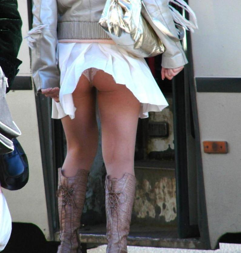 【ハプニングパンチラ画像】風の悪戯でスカートめくれ上がって思いっきりパンチラしちゃったw 01