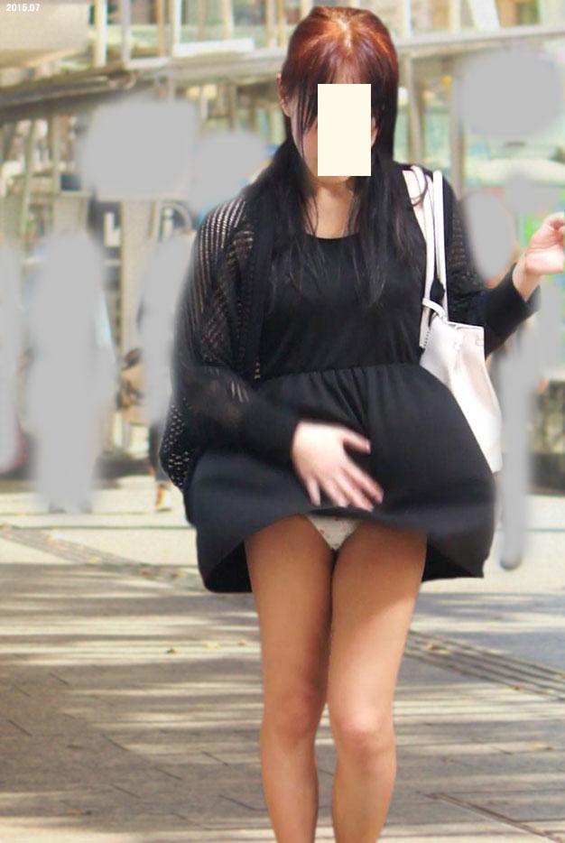 【ハプニングパンチラ画像】風の悪戯でスカートめくれ上がって思いっきりパンチラしちゃったw 09