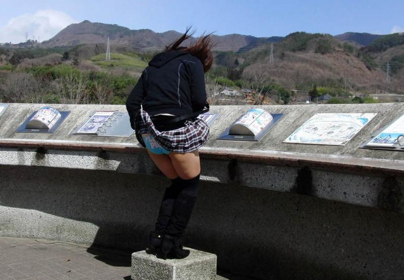 【ハプニングパンチラ画像】風の悪戯でスカートめくれ上がって思いっきりパンチラしちゃったw 21