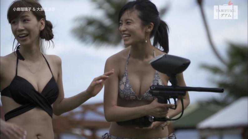 【水着キャプ画像】巨乳タレント達の水着からはみ出るオッパイが半端ないww 24