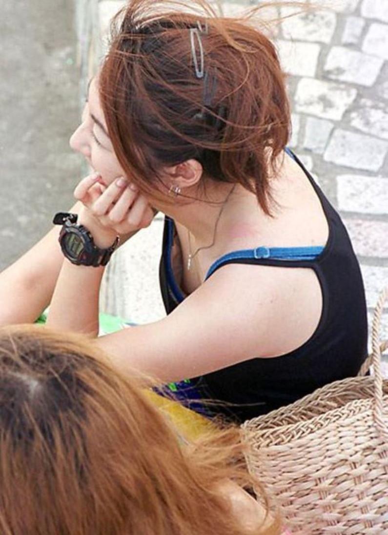 【乳首ポロリ画像】上から見たらブラジャー浮いちゃって乳首まで見えちゃってる素人達w 19