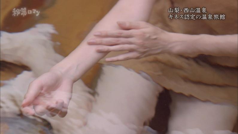 【温泉キャプ画像】エロ目線でしか見れないハミ乳させながら温泉レポするタレント達w 08