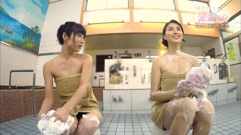 【温泉キャプ画像】エロ目線でしか見れないハミ乳させながら温泉レポするタレント達w 20