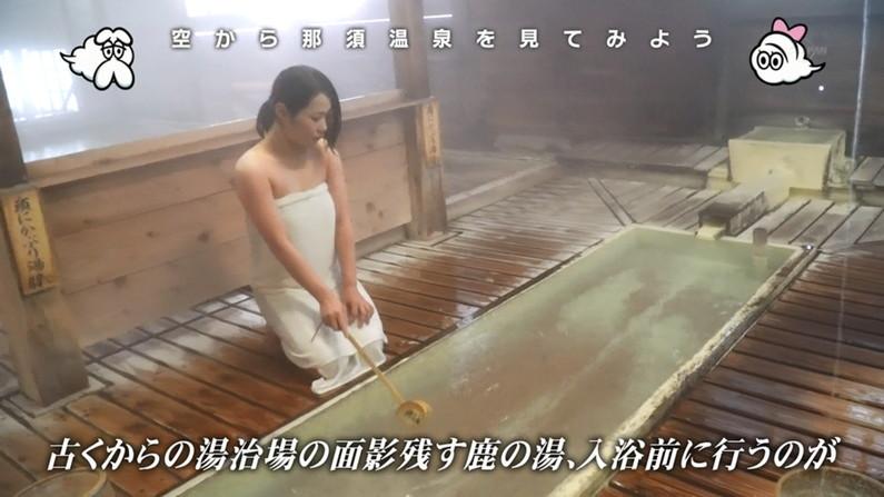 【温泉キャプ画像】バスタオルからのハミ乳がやらしいタレント達の温泉レポw