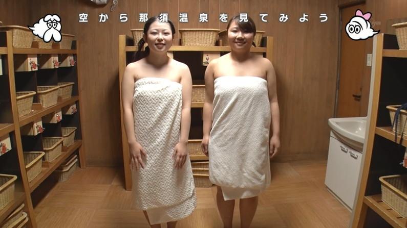 【温泉キャプ画像】バスタオルからのハミ乳がやらしいタレント達の温泉レポw 01