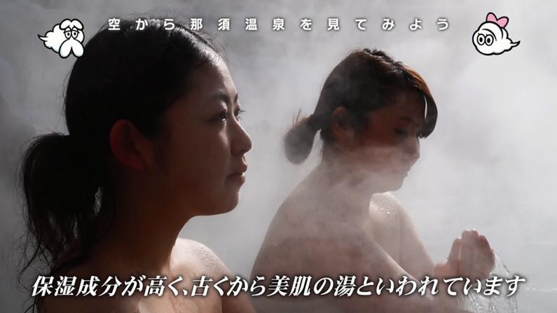 【温泉キャプ画像】バスタオルからのハミ乳がやらしいタレント達の温泉レポw 03