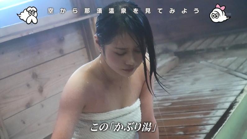 【温泉キャプ画像】バスタオルからのハミ乳がやらしいタレント達の温泉レポw 04