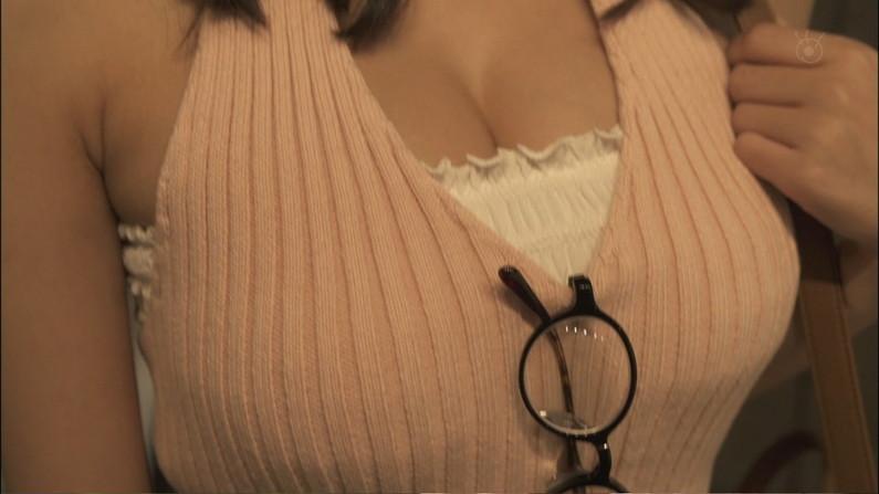 【胸ちらキャプ画像】エロい胸の谷間を見せびらかすタレント達ww 16