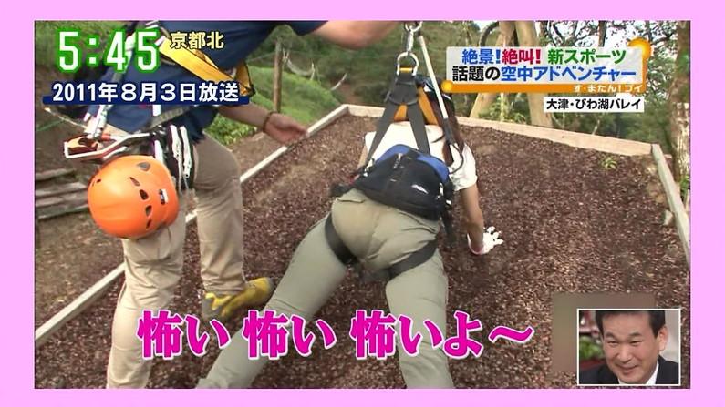 【お尻キャプ画像】ロケ番組になると必ずと言っていいほど女子アナってパンツライン見えてるよなw 01