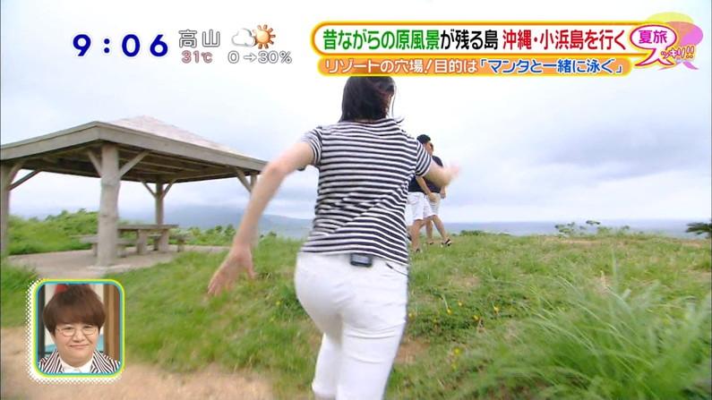 【お尻キャプ画像】ロケ番組になると必ずと言っていいほど女子アナってパンツライン見えてるよなw 23