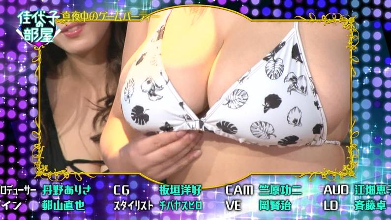 【水着キャプ画像】頼むからポロリしてくれと願っちゃう巨乳タレントの水着姿w 01