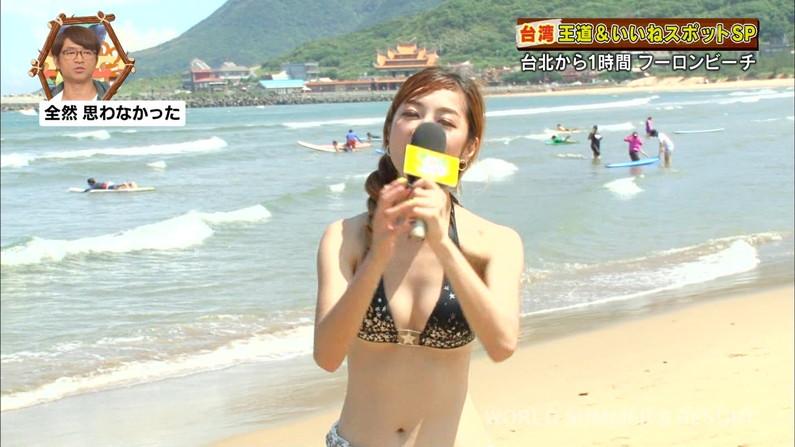 【水着キャプ画像】頼むからポロリしてくれと願っちゃう巨乳タレントの水着姿w 04