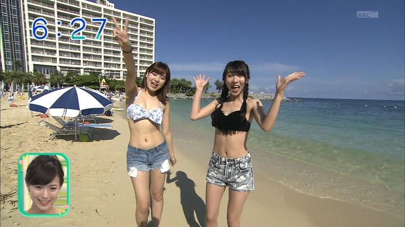 【水着キャプ画像】頼むからポロリしてくれと願っちゃう巨乳タレントの水着姿w 10