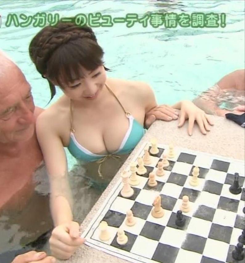 【水着キャプ画像】頼むからポロリしてくれと願っちゃう巨乳タレントの水着姿w 12