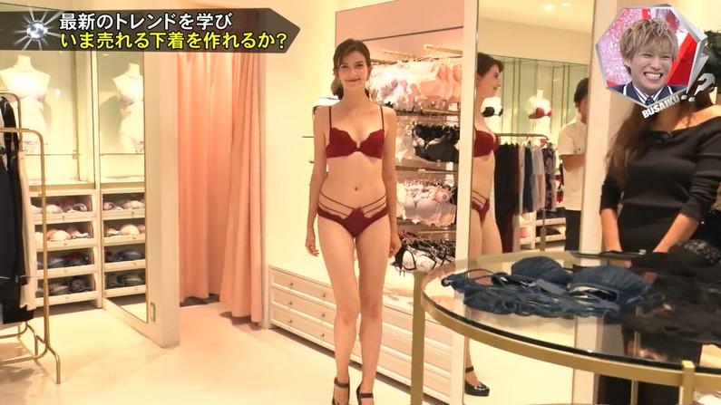 【下着キャプ画像】パンツとブラジャー姿をテレビに映る美女達ww