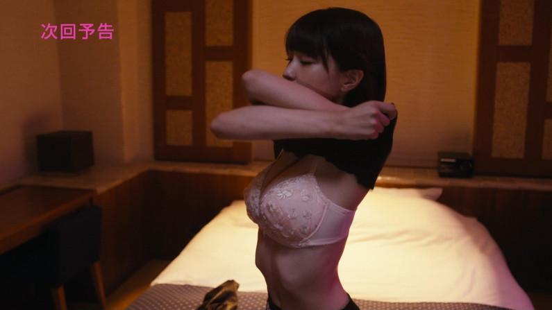 【下着キャプ画像】パンツとブラジャー姿をテレビに映る美女達ww 09
