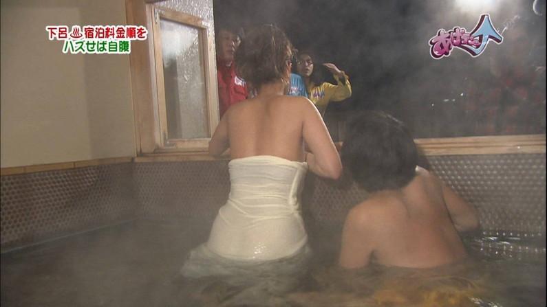 【温泉キャプ画像】見逃すと後悔する美人タレントのハミ乳させた入浴シーンw 04