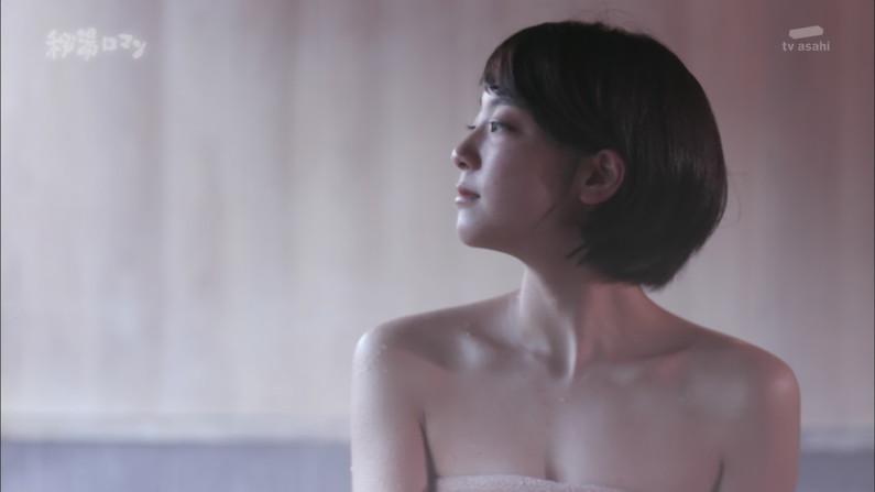 【温泉キャプ画像】見逃すと後悔する美人タレントのハミ乳させた入浴シーンw 11
