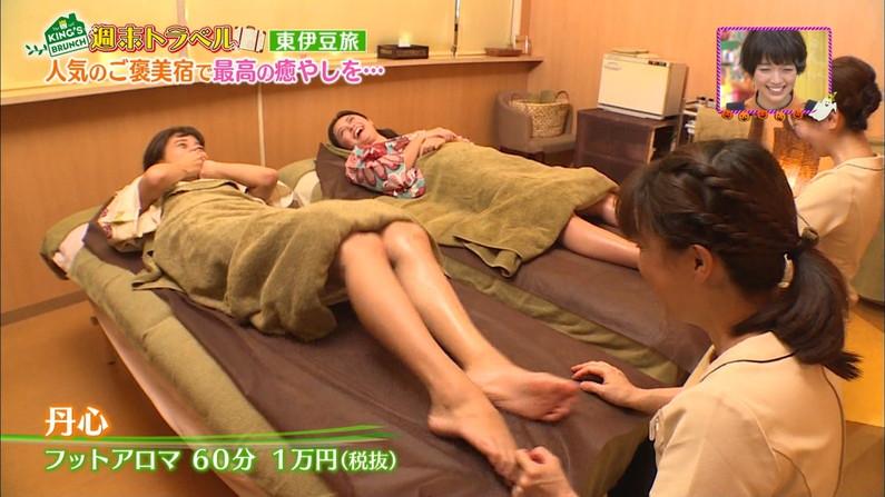 【足裏キャプ画像】美人タレントのこんな綺麗な脚の裏だったら顔面踏まれても嬉しいよなw 12