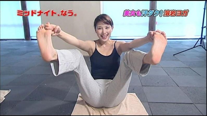【足裏キャプ画像】美人タレントのこんな綺麗な脚の裏だったら顔面踏まれても嬉しいよなw 14