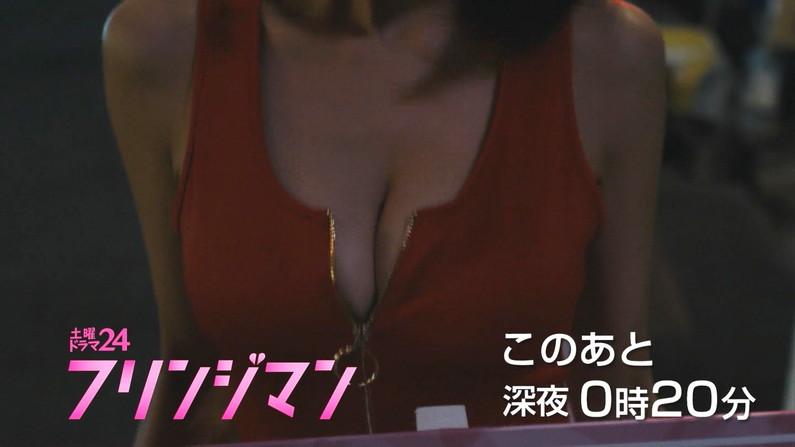 【胸ちらキャプ画像】テレビなのにガッツリ胸の谷間見えちゃってるタレント達w 04