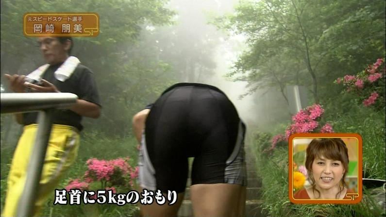 【お尻キャプ画像】パンツラインまでくっきり見えちゃってるタレント達のピタパンお尻w 07