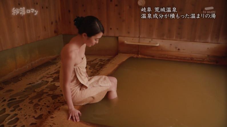 【温泉キャプ画像】温泉レポするタレント達の巨乳がバスタオルからはみ出しすぎww 07