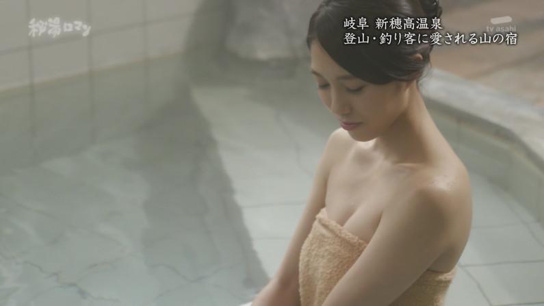 【温泉キャプ画像】温泉レポするタレント達の巨乳がバスタオルからはみ出しすぎww 11