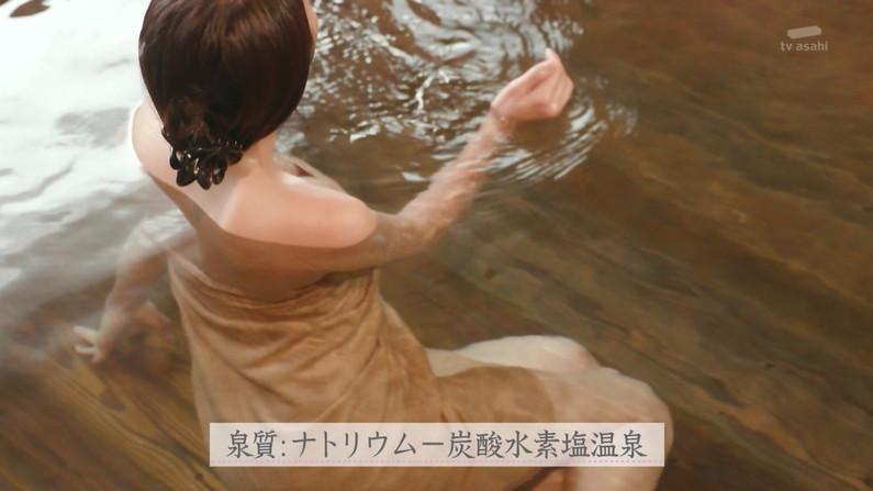 【温泉キャプ画像】温泉レポするタレント達の巨乳がバスタオルからはみ出しすぎww 14