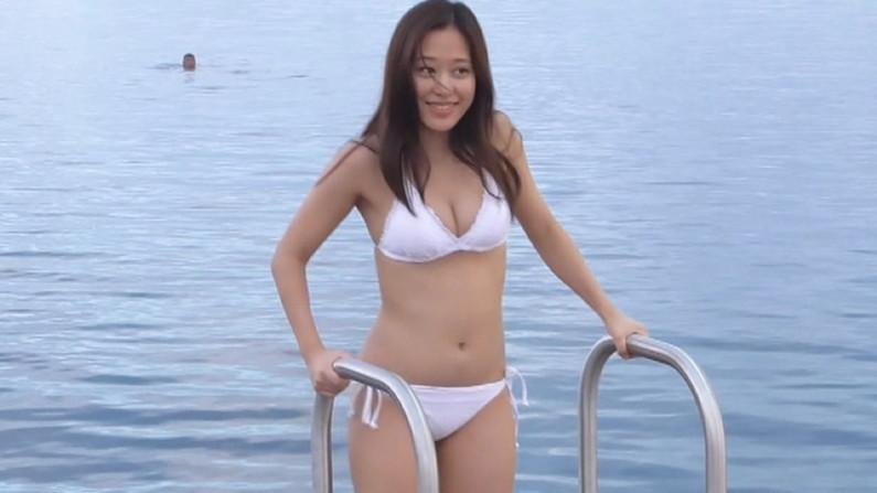 【水着キャプ画像】寒かろうが巨乳タレントはいつだって水着になるんだよww 12