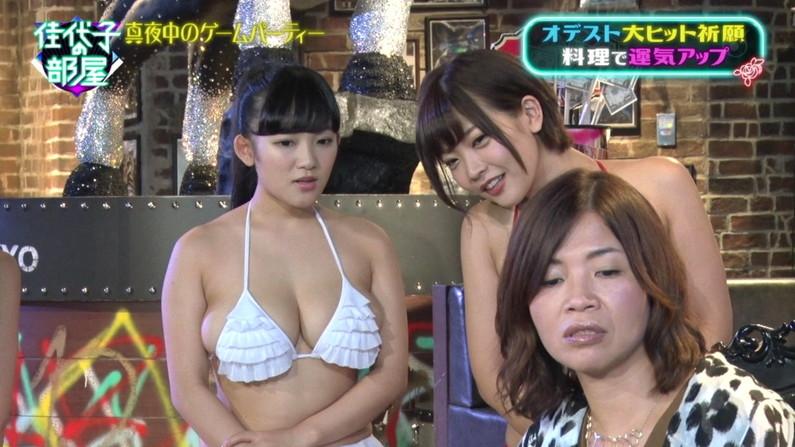 【水着キャプ画像】水着からはみ出すオッパイがエロい巨乳タレント達w 03