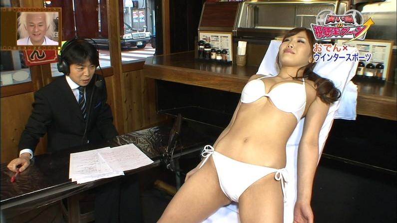 【水着キャプ画像】水着からはみ出すオッパイがエロい巨乳タレント達w 05