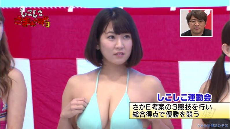 【水着キャプ画像】水着からはみ出すオッパイがエロい巨乳タレント達w 15