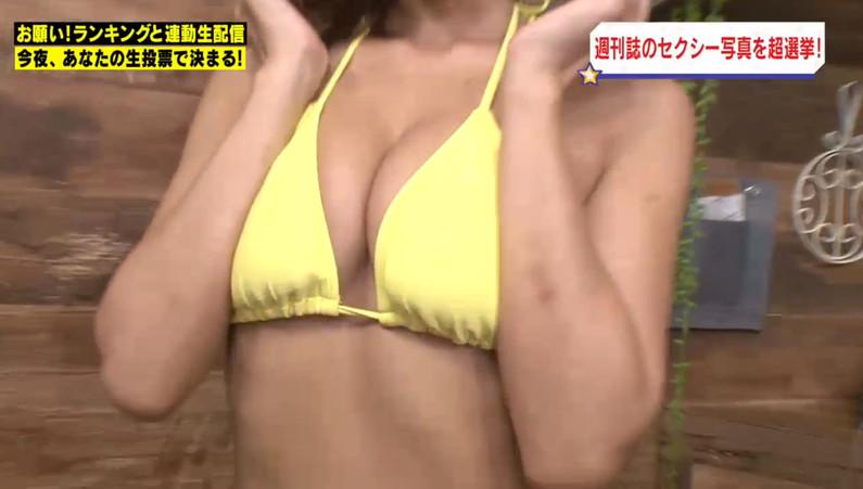【水着キャプ画像】水着からはみ出すオッパイがエロい巨乳タレント達w 23