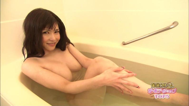 【温泉キャプ画像】テレビでしか見れない美女の入浴シーンってやっぱエロいよなw