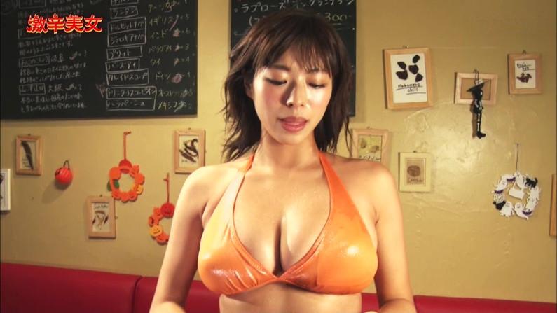 【水着キャプ画像】もぉちょっとで乳輪見えそうな水着姿のタレント達w 06